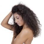 """7 skutecznych sposób na """"okiełznanie"""" zbyt puszących się włosów."""