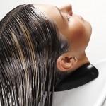 Mycie włosów odżywką –  Wszystko, co musisz wiedzieć na ten temat