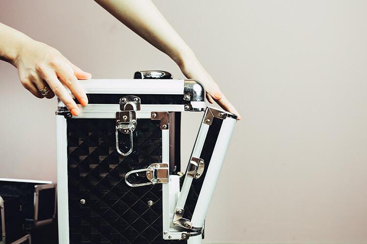 kufer w trakcie rozkładania