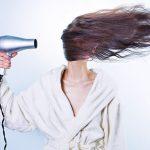 Suszarki do włosów z funkcją jonizacji – czy warto dopłacać za tą funkcję?